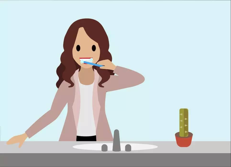 Pessoa escovando os dentes conscientemente
