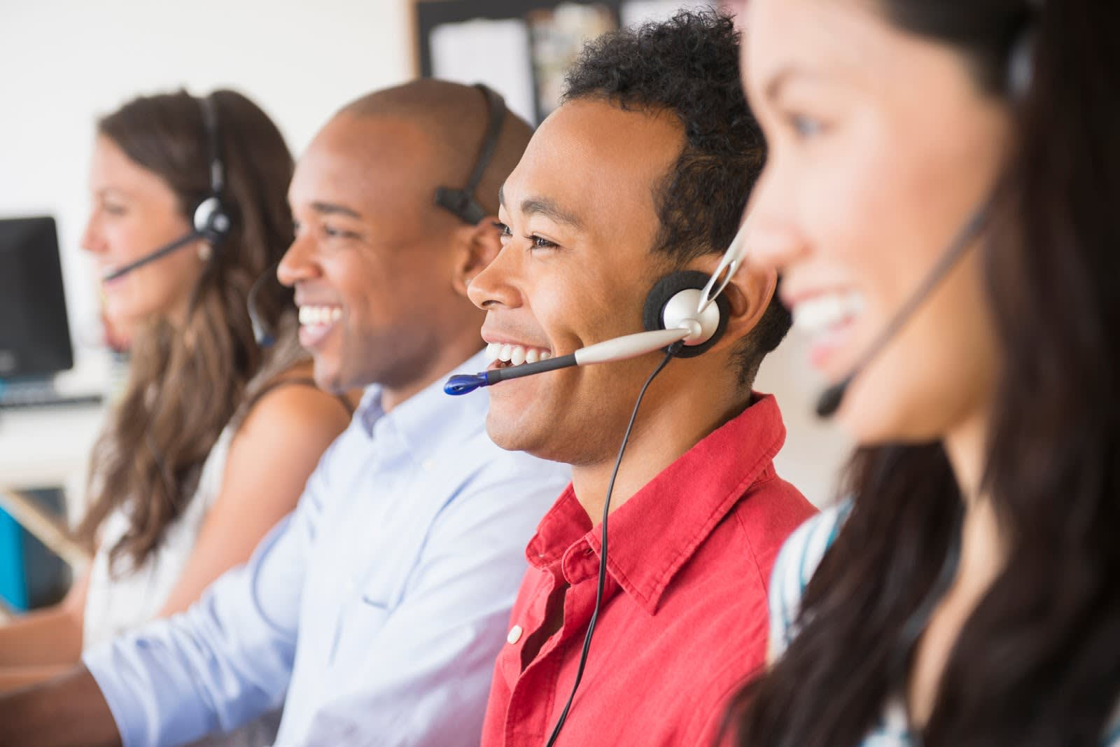 Representantes de atendimento usando fones de ouvido para falar com clientes