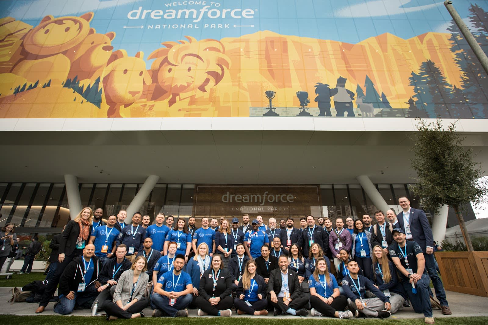 Alt text: Many Vetforce members taking a photo at Dreamforce