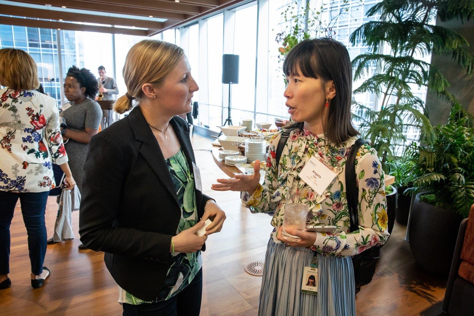 Salesforce-Mitarbeiter und Mitglieder der Ohana Group unterhalten sich bei einer Veranstaltung zur Chancengleichheit.