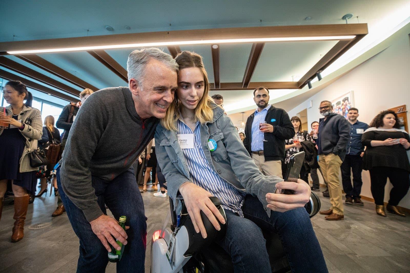 Parker Harris y Carden Wyckoff, que va en silla de ruedas, posan para un fotografía en la Cumbre Ohana de 2018.