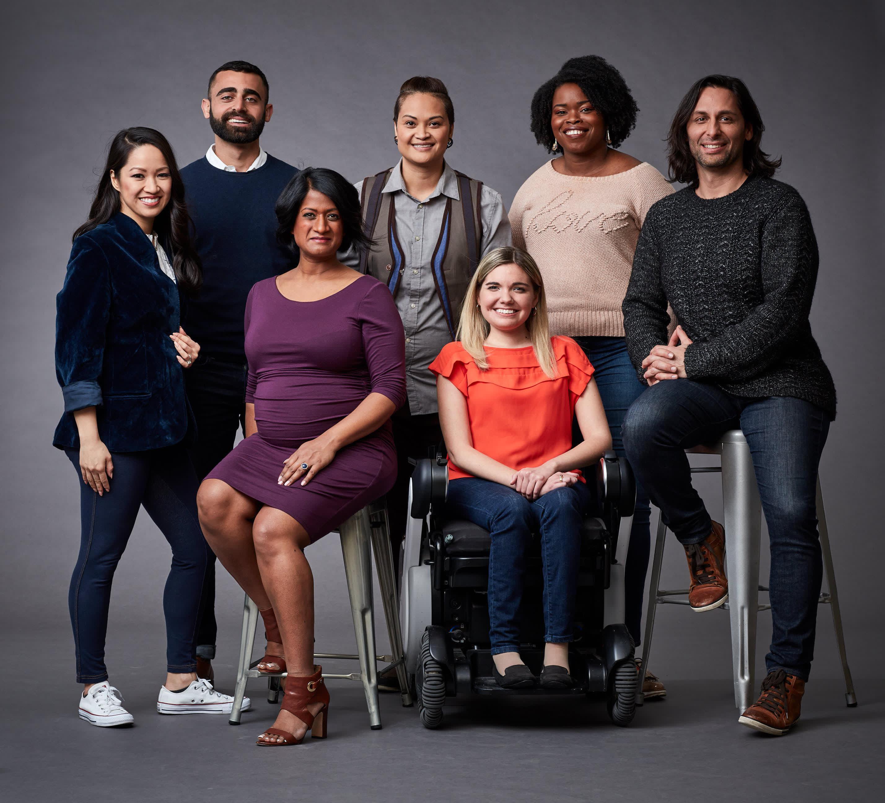 Mitglieder von Salesforce Ohana-Gruppen versammeln sich zu einem Foto.