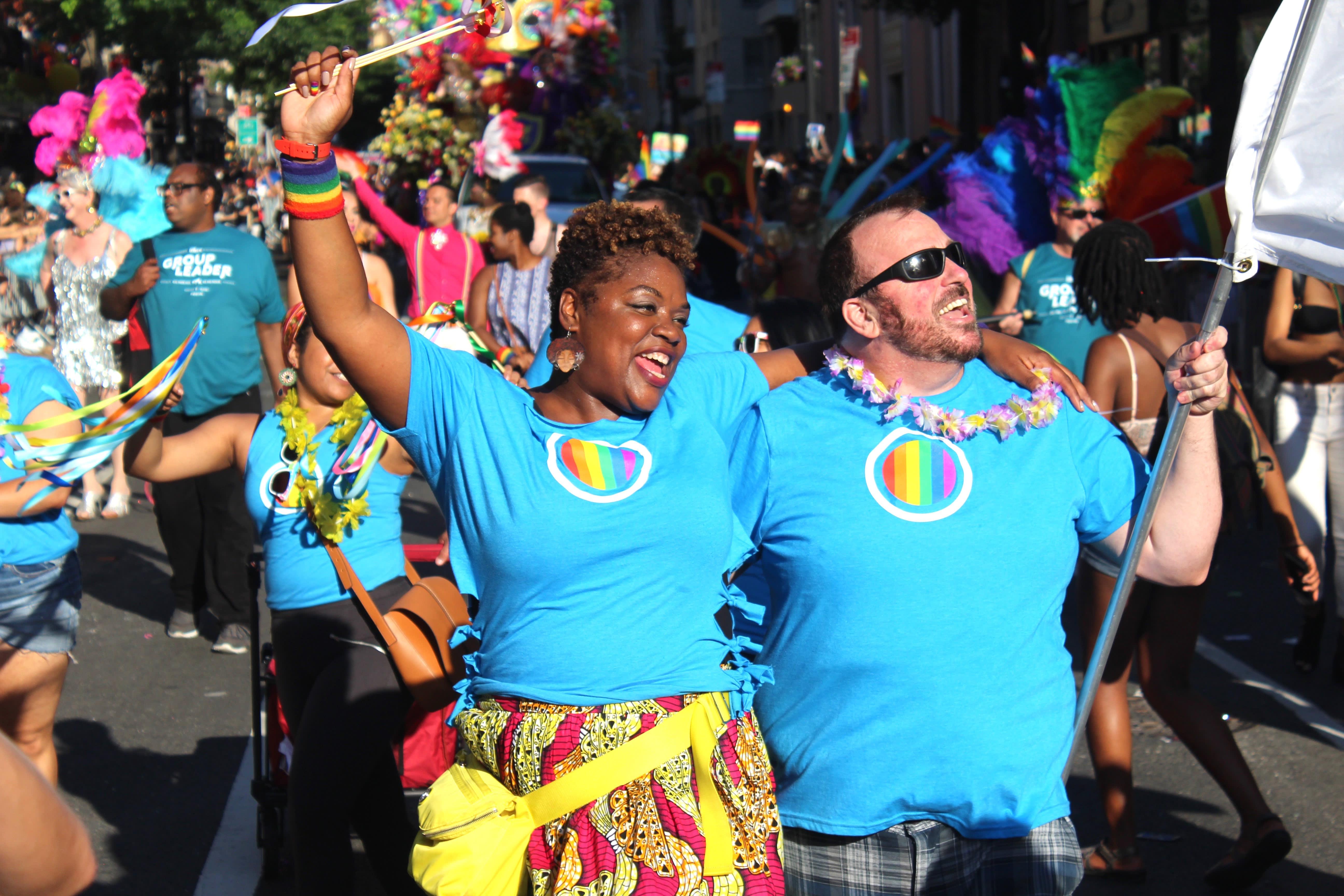 プライドパレードで行進する Salesforce の従業員。