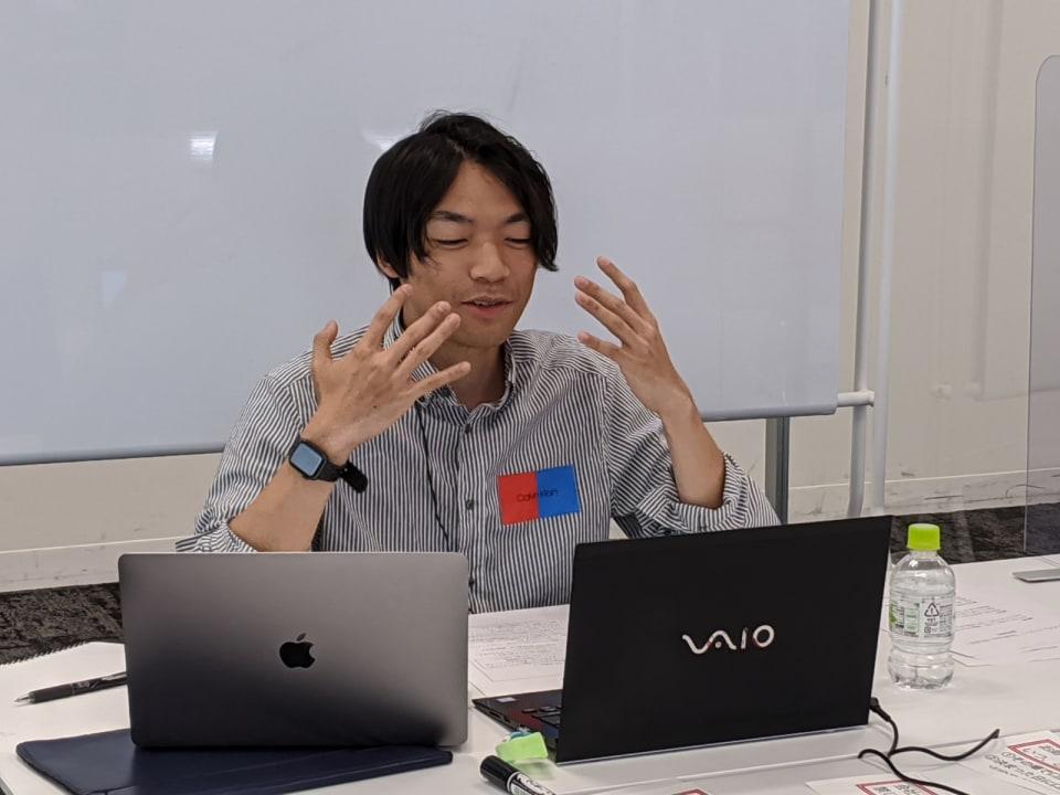 身振り手振りで解説をする伊沢拓司さん