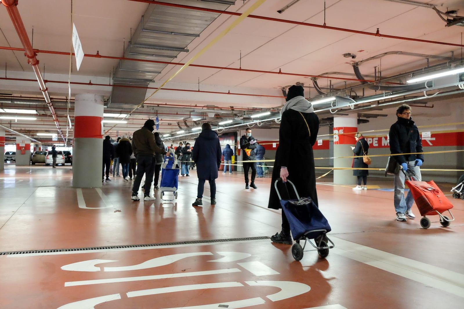 ここでは地下駐車場を区切って行列スペースにしている