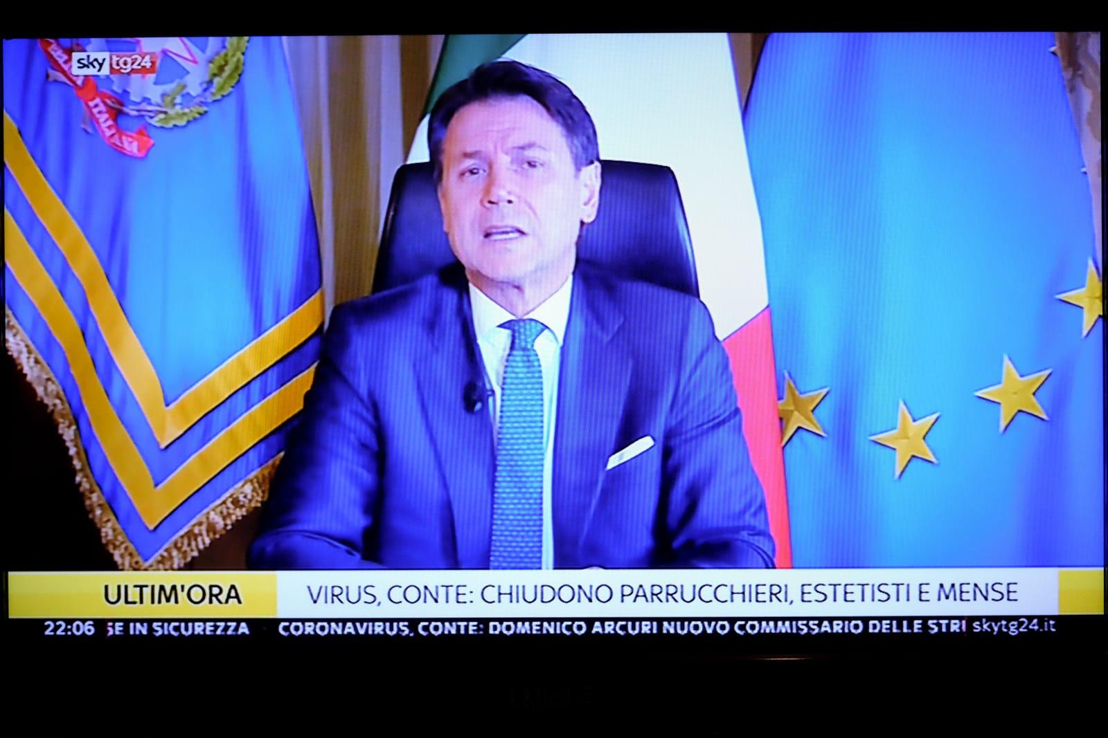 コンテ首相は毎日のようにテレビに登場し、国民にメッセージを投げかける