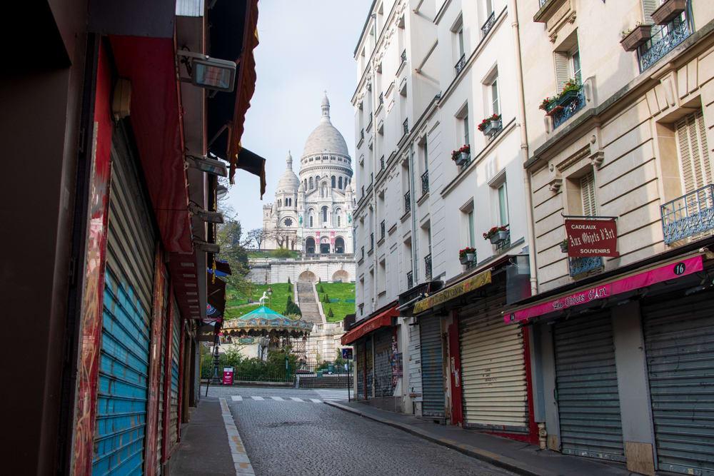 シャッターがすべて閉まったパリの観光地モンマルトル