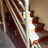 Escaleras y estanterias