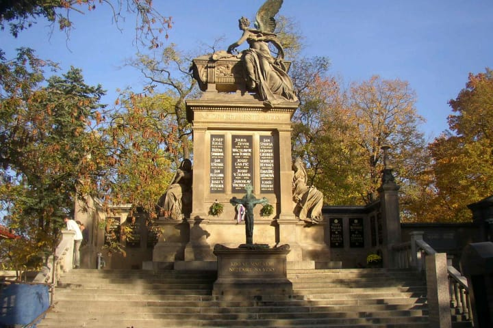 Bus & Jewish Quarter & Prague Castle & Vysehrad Castle & River Cruise