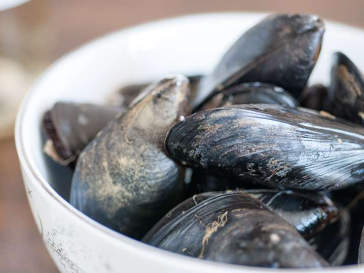 a bowl of mussels for paella
