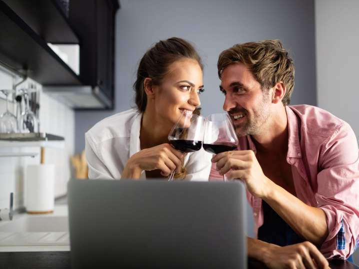 couple drinking wine during virtual cooking class   Classpop