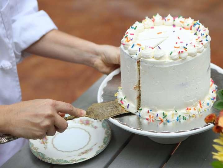 chocolate birthday cake with vanilla frosting | Classpop