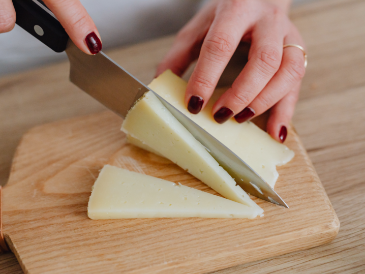 woman slicing cheese | Classpop