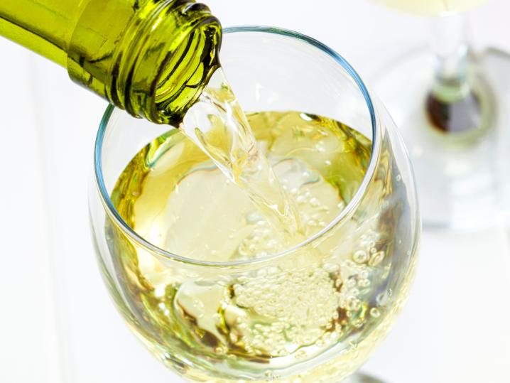 pouring Sauvignon Blanc wine | Classpop