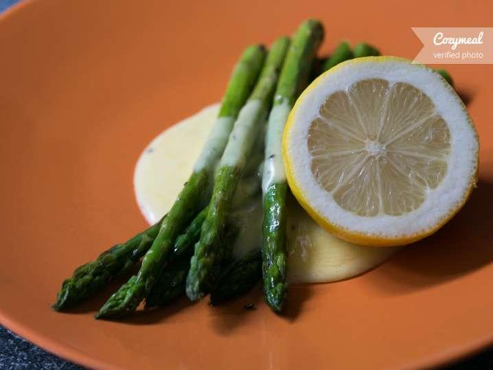 Asparagus with holondaise