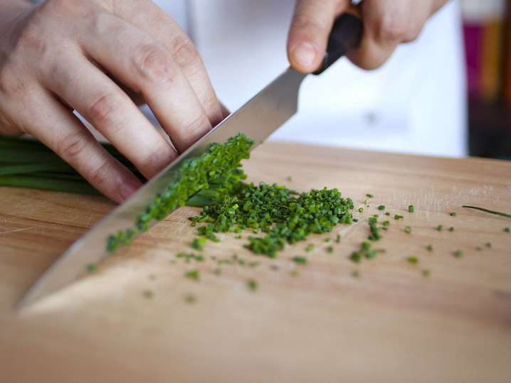 chef slicing chives