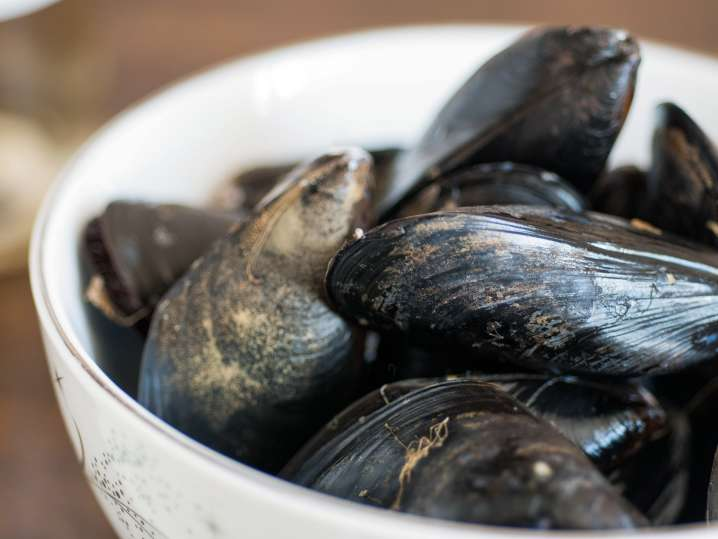 raw mussels in a bowl