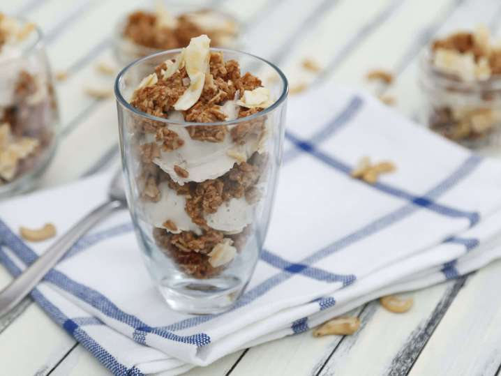 vanilla yogurt parfait with granola | Classpop