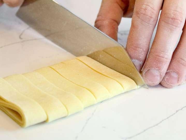 chef cutting pasta | Classpop