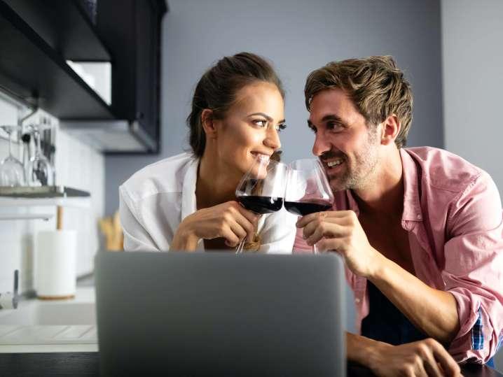couple drinking wine during an online cooking class   Classpop