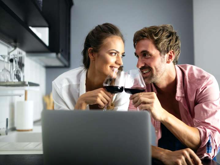 couple drinking wine during an online cooking class | Classpop