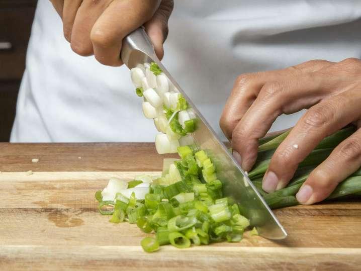 chef slicing green onions | Classpop