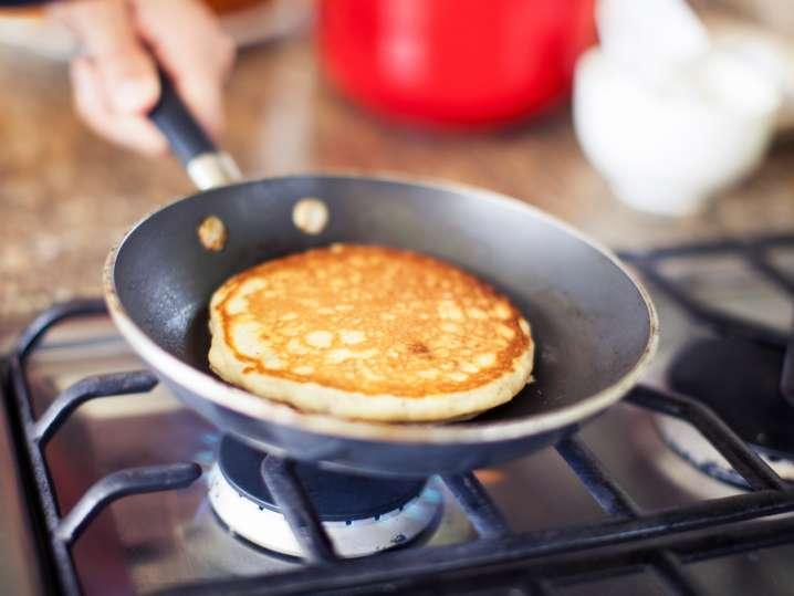 person cooking lemon ricotta pancakes | Classpop