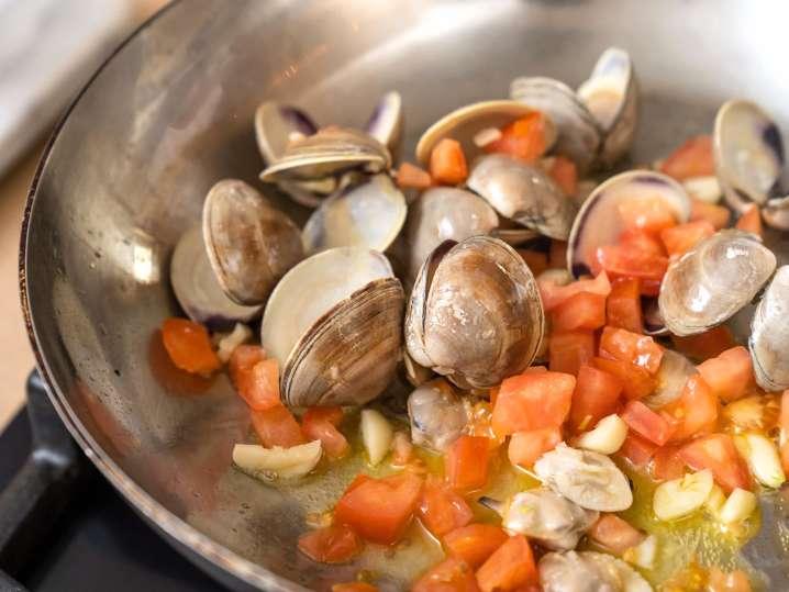 sauteing clams | Classpop