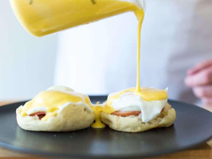Pouring Bearnaise over Eggs Benedict | Classpop