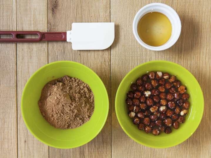 making roasted hazelnut and cacao spread | Classpop
