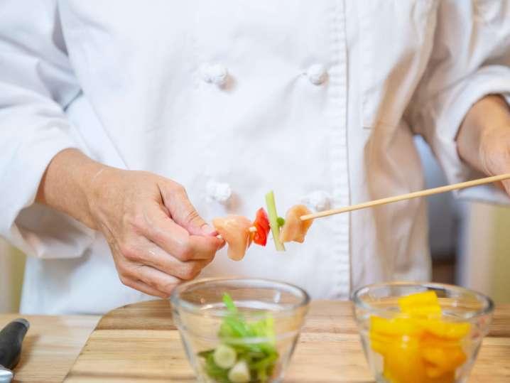 making yakitori skewers | Classpop