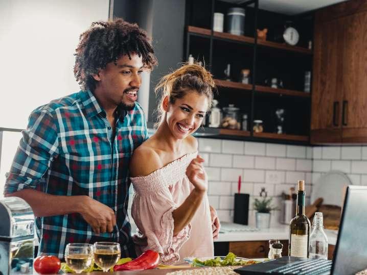 couple taking an online cooking class at home | Classpop