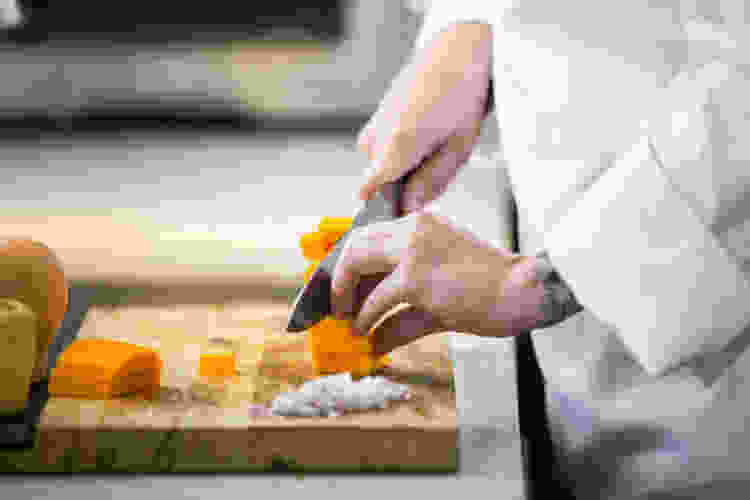 Learn to cook and start with the basics: knife skills