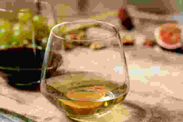 how to hold a stemless wine glass