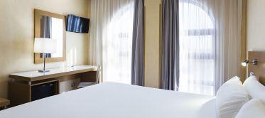 Detalle cama doble Hotel B&B Madrid Fuenlabrada