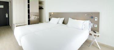 Hotel B&B Donostia San Sebastián Aeropuerto habitaciones con luces Led de colores