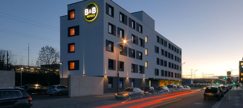 Hotel Böblingen exterior by night