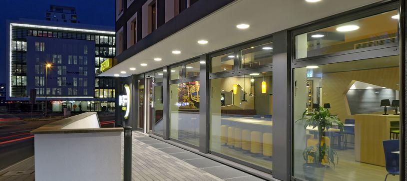 Hotel Düsseldorf-City entrance by night