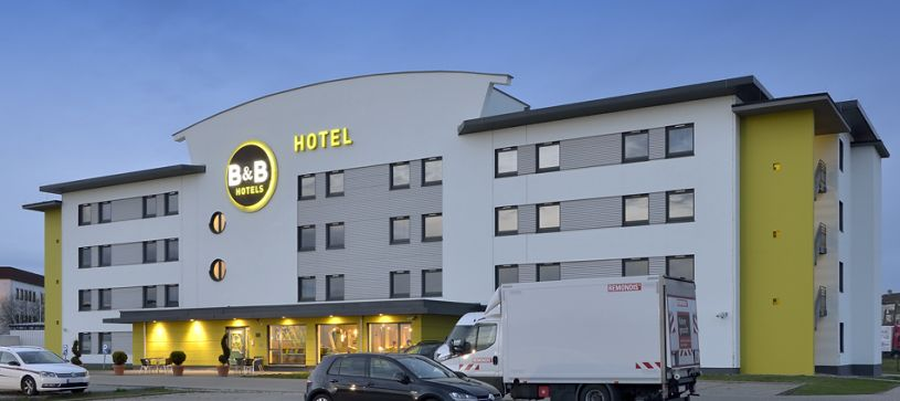 Hotel Erlangen exterior and parking lot