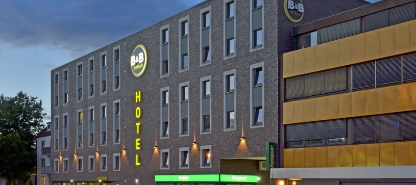 Hotel Hamburg-Wandsbek exterior by night