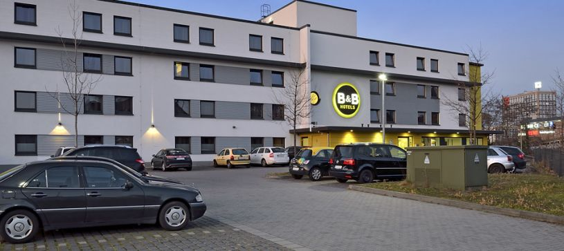 hotel koblenz exterior by night with parking lot
