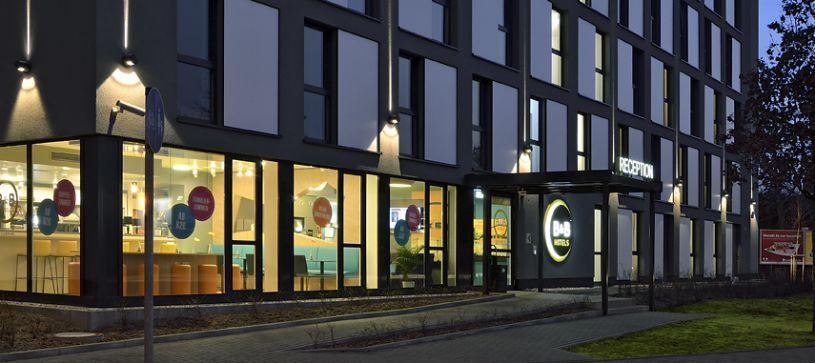 Hotel Köln-Messe courtyard by night