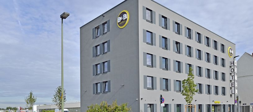 Hotel Neuss exterior by day