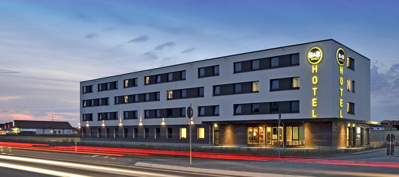 hotel wolfsburg-weyhausen exterior view by night