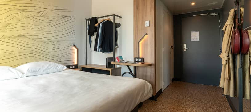 chambre double penderie B&B Hotel Poitiers Aéroport