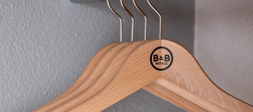 Cintres dans la chambre B&B HOTELS