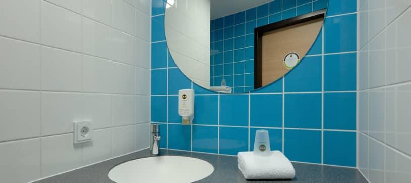 Hotel Böblingen Badezimmer Waschbecken und Spiegel