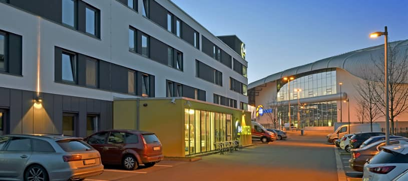 Hotel Düsseldorf-Airport exterior by night