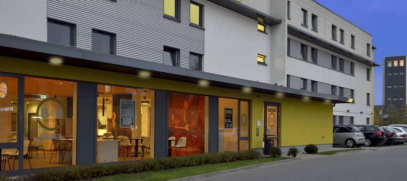 Hotel Essen exterior by night