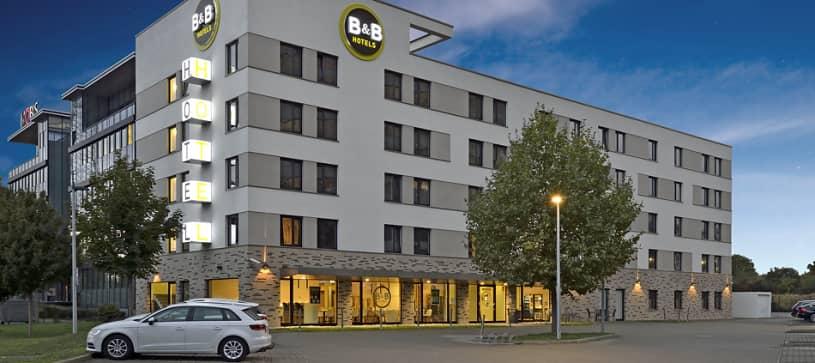 Hotel Frankfurt-West exterior and parking lot